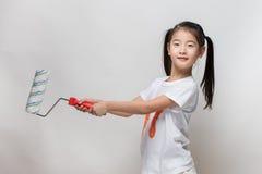 Śliczny azjatykci dziewczyny mienia farby rolownik Fotografia Royalty Free