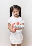 Śliczny azjatykci dziewczyny mienia farby rolownik Obrazy Royalty Free