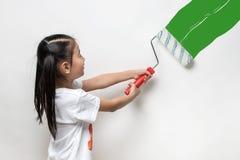 Śliczny azjatykci dziewczyny mienia farby rolownik Zdjęcia Stock
