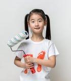 Śliczny azjatykci dziewczyny mienia farby rolownik Zdjęcia Royalty Free