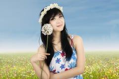 Śliczny azjatykci dziewczyny mienia kwiat Obrazy Stock