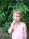 śliczny blondynki dziecko nosa jej zrywanie Obraz Royalty Free