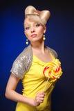 Śliczny blondynki lali stylu model z cukierkiem Obrazy Stock