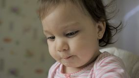 ?liczny dziecka gila obsiadanie w ?ywieniowym krze?le i ?asowaniu zdrowy jedzenie na kuchni zbiory