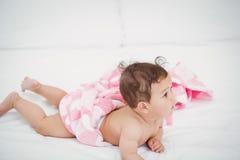 Śliczny dziecka lying on the beach na przodzie Zdjęcia Royalty Free
