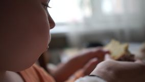 ?liczny dziecko je Easter w zwolnionym tempie zamkni?tym w g?r? strza?u zdjęcie wideo