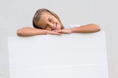 Śliczny dziecko z pustym papierem Zdjęcia Stock