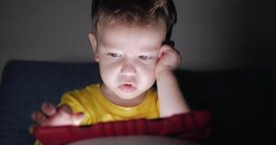 ?liczny dziecko Zabawia Z pastylk? Little Boy Wydaje wolnego czas Bawi? si? Mobiln? gr? w i przyduszeniach Jaskrawy zdjęcie wideo
