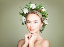 Śliczny kobiety mody model na Zielonym tle Obraz Royalty Free