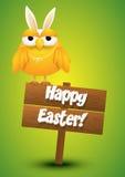 Śliczny kurczaka whit królików ucho kostiumowa pozycja na drewnianym znaku Obrazy Stock