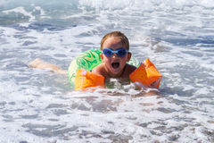 Śliczny małej dziewczynki dopłynięcie w morzu Fotografia Stock