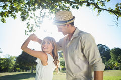Śliczny para taniec w parku Zdjęcia Stock
