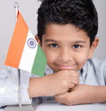 Śliczny przyglądający indyjski dzieciak z hindus flaga Obraz Stock
