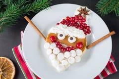 Śliczny Santa blin na bielu talerzu Fotografia Royalty Free
