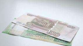 Liczyć pieniądze Ręki ponownego przeliczenia banknoty na białym stole Ludzie wręczają rozkładają rosyjskich rubli banknotów nomin zbiory wideo