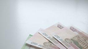Liczyć pieniądze Pieniądze spada na białym stole Ludzie ręk rzucają rosyjskich rubli banknotów nominals 200, 100 na a i zdjęcie wideo