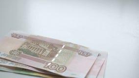 Liczyć pieniądze Pieniądze spada na białym stole Ludzie wręczają szybko rzucają rosyjskich rubli banknotów nominals 200, 100 i zdjęcie wideo