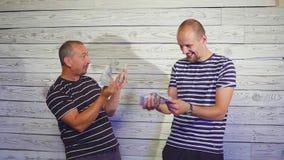 Liczyć zyski, pieniądze Szczęśliwi przedsiębiorcy z pieniądze Dwa mężczyzna partnery są szczęśliwi z pieniądze Pojęcie a zbiory wideo