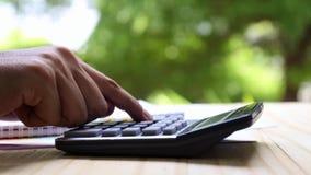 Liczyć na kalkulatorze palec naciska guzika kalkulatora - makro- - zbiory wideo