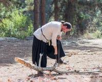 Lid van de jaarlijkse wederopbouw van het leven van de Vikingen - ` het Dorp van de Vikingen ` toont hoe te zien een boom in anci Royalty-vrije Stock Foto