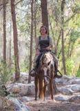 Lid van de jaarlijkse wederopbouw van het leven van de Vikingen - ` Viking Village ` stelt op horseback in het bos dichtbij Ben S Stock Afbeelding