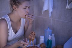 Lida från bulimia royaltyfri bild