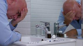Lida mannen i badrummet som ser besviket till medicinska piller lager videofilmer
