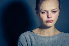 Lidande för ung kvinna från sträng fördjupning/ångest/sorgsenhet royaltyfri fotografi