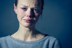 Lidande för ung kvinna från sträng fördjupning/ångest/sorgsenhet royaltyfria foton