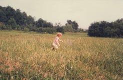 Liddle facet - Biegający Przez Otwartego pola obraz stock