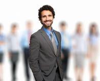 Liderów stojaki z coworkers w tle Fotografia Stock
