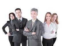Liderów zespołu stojaki z coworkers w tle zdjęcie stock