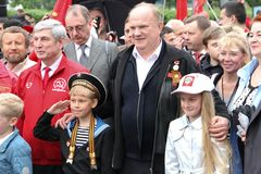 Lider partia komunistyczna Rosja Gennady Zyuganov fotografuje z dziećmi Zdjęcie Royalty Free