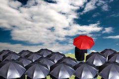Lidera mienia czerwony parasol dla przedstawienie różnej myśli obraz royalty free