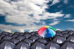 Lidera mienia czerwony parasol dla przedstawienie różnej myśli obraz stock