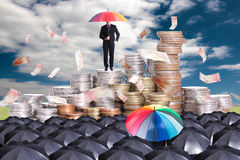 Lidera mienia czerwony parasol dla przedstawienie różnej myśli zdjęcie stock