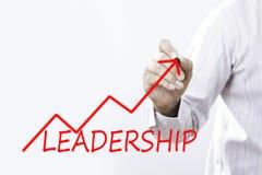 Liderança da escrita do homem de negócios com a seta vermelha do crescimento Liderança Imagem de Stock Royalty Free