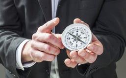 A liderança e o indicador assinam dentro o negócio imagens de stock