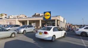 Lidl-Supermarkt mit Parkplatz in Paphos, Zypern Lizenzfreie Stockfotos