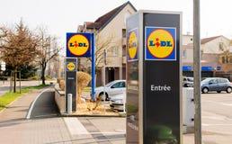 Lidl-supermerket Eingang mit Laufkatzen Lizenzfreie Stockfotografie