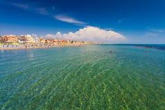 Lido Di Ostia, ΙΤΑΛΙΑ - 14 Σεπτεμβρίου 2016: Κολυμπώντας και χαλαρώνοντας άνθρωποι στο όμορφο Di Ρώμη, PRI παραλιών Lido Di Ostia Στοκ φωτογραφία με δικαίωμα ελεύθερης χρήσης