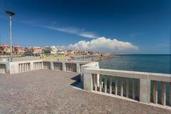 Lido di Ostia, ITALIA - 14 settembre 2016: Vista sulla spiaggia privata Battistini e sul pilastro Pontile Di Ostia vicino al bell Fotografie Stock Libere da Diritti