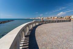 Lido di Ostia, ITALIE - 14 septembre 2016 : Personnes de détente sur le pilier Pontile Di Ostia près de belle plage Lido di Ostia Photo libre de droits