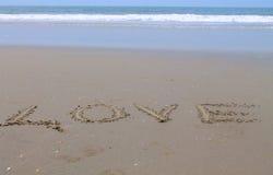 Liebe, Aufschrift auf dem Sand, Stockfoto