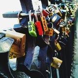 Liebe befestigt Charles Bridge Stockfotografie