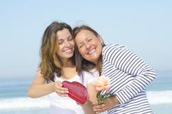 Liebe der erwachsenen Mutter und der Tochter Stockbilder