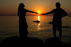 Liebe in der untergehenden Sonne Lizenzfreie Stockfotos