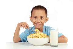 Liebe des Kindes zum Frühstücken lizenzfreie stockbilder