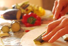 Liebe, die Ihnen in der Küche hilft lizenzfreie stockbilder