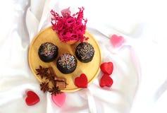 Liebe für dunklen Schokoladen-kleinen Kuchen Stockfoto